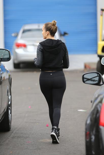 Con unos pants muy ajustados, JLo dejó ver sus curvas.