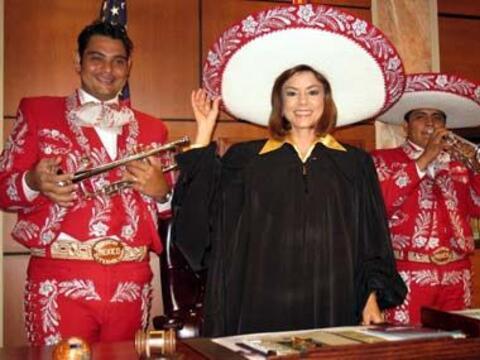 Y hasta el sombrero del marichi termino en la cabeza de la jueza.