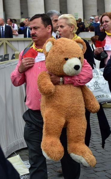 Y ¿qué hará un oso de peluche gigante en la canoniz...