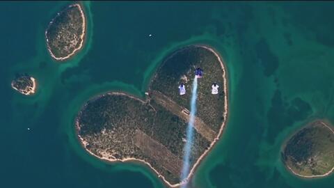 Paracaidistas celebran el Día de San Valentín con salto sobre la denomin...