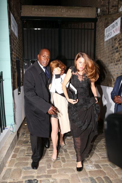 Lohan trataba de caminar erguida y también quería ocultar su rostro.