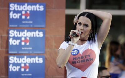 La cantante Katy Perry habla en un mitin en apoyo a la candidata preside...