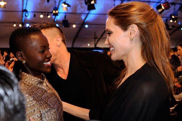 Lupita saludando a Angelina Jolie.  Mira aquí los videos m&aacute...