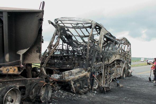 El accidente se dio cuando un autobús y un automóvil se impactaron y lue...