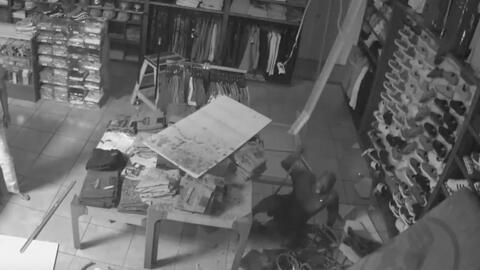 El ladrón más torpe: cae del techo al intentar salir de la tienda que robó