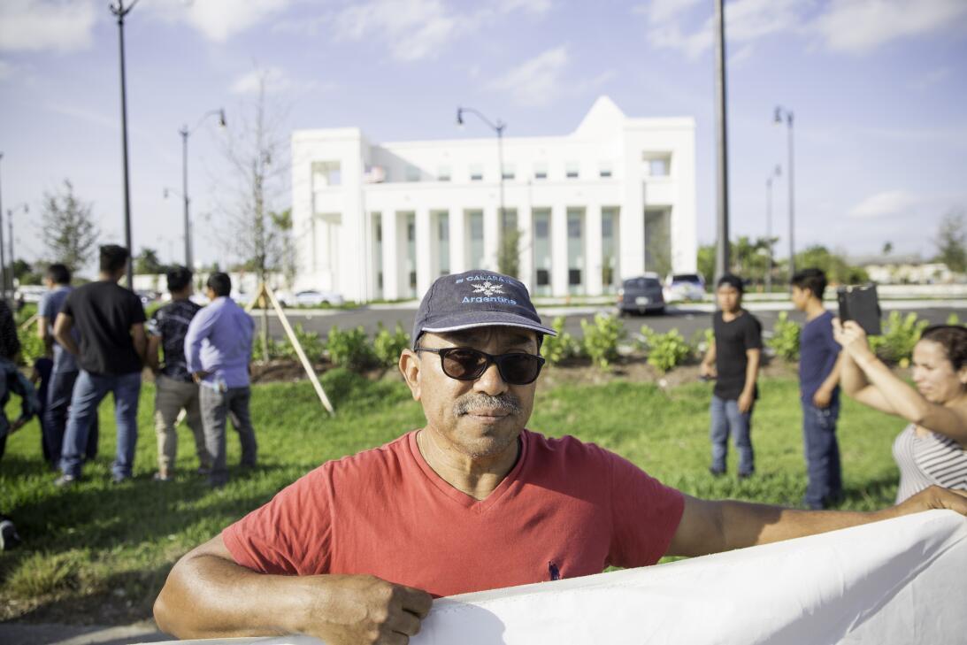 Germán Martínez es un carpintero originario de El Salvador...