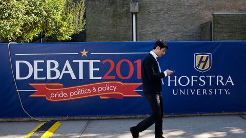 Un cartel de publicidad del debate presidencial en la Universidad de Hof...