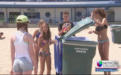 Bañistas dejan llena de basura la playa en Chicago