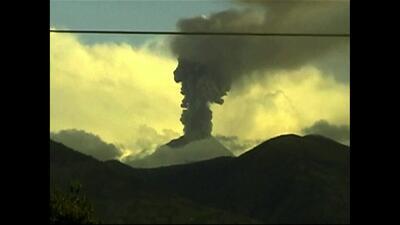 Hace erupción el volcán Tungurahua en Ecuador