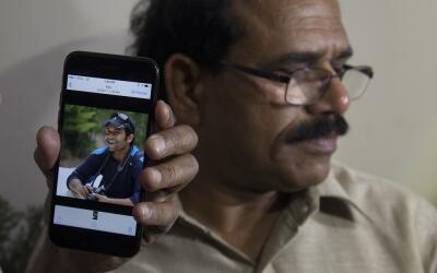 Un hombre muestra una imagen de Alok Madasani, uno de los ingenieros ind...