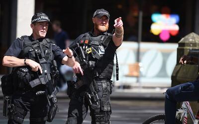 Los cuerpos de seguridad británicos desplegados en estado de m&aa...