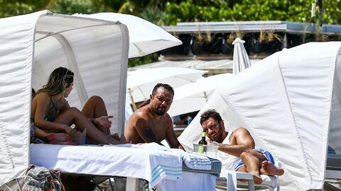 Julián Gil fue sorprendido este martes en una playa de Miami, dis...