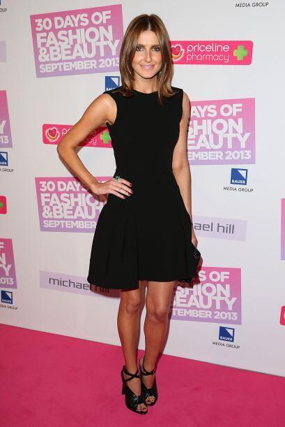 La experta en moda Kate Waterhouse, muestra cómo un vestido negro, saca...