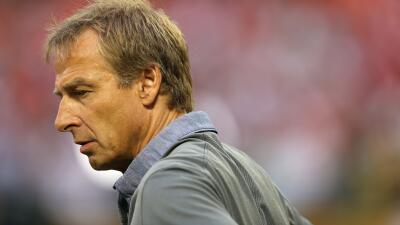 Jürgen Klinsmann mira al suelo