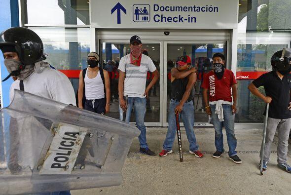 Los manifestantes protestan por los 43 estudiantes desaparecidos en Igua...