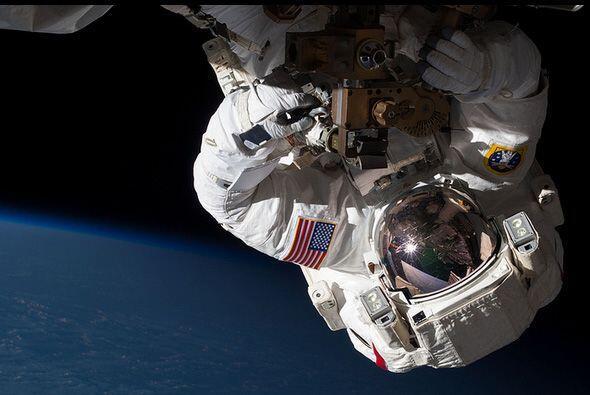 El ingeniero de la Expedición 35, Chris Cassidy realiza una camin...