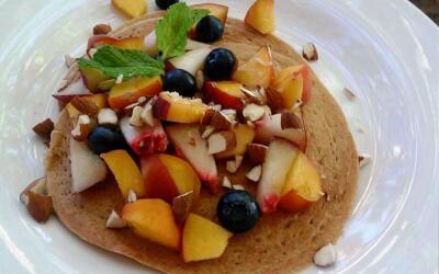 Alicia de la Cruz agregó duraznos y almendras a sus pancake de avena y c...