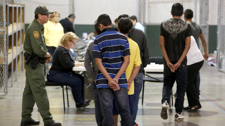 De los poco más de 68,000 niños migrantes detenidos en la frontera en 20...