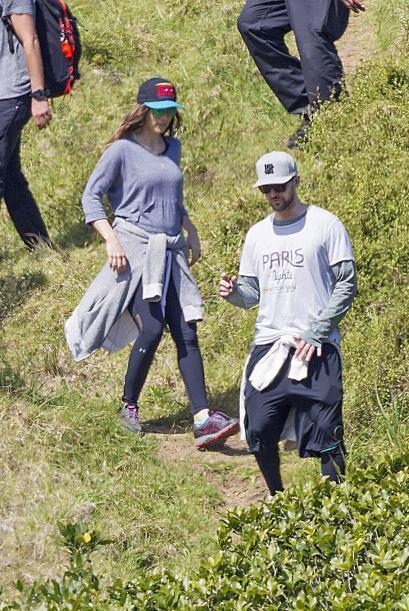 Los esposos realizaron una caminata a lo largo de una colina.