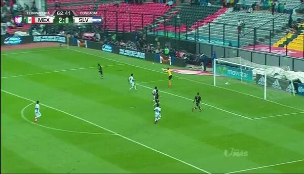 Uyy!! Andrés Guardado dispara y para el portero