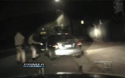 Video muestra a unos policías descargando su pistola eléctrica contra un...