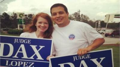 Dax López, visto aquí con una simpatizante, es el único juez hispano en...