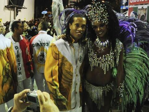 Ronaldinho sigue a todo ritmo su participación en el carnaval de...