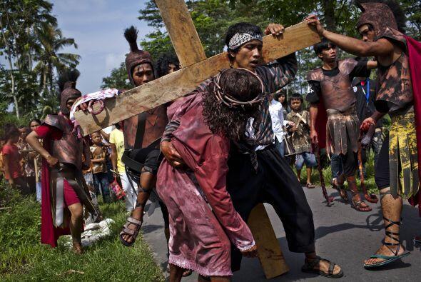 Octava Estación: Jesús es ayudado por Simón el Cirineo a llevar la cruz.