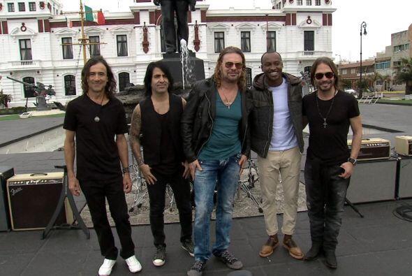 Maná junto al cantante brasileño Thiaguinh con quien grabaron la versión...