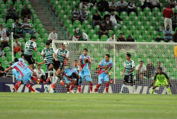 Oswaldo Sánchez siempre atento a los ataques del rival.