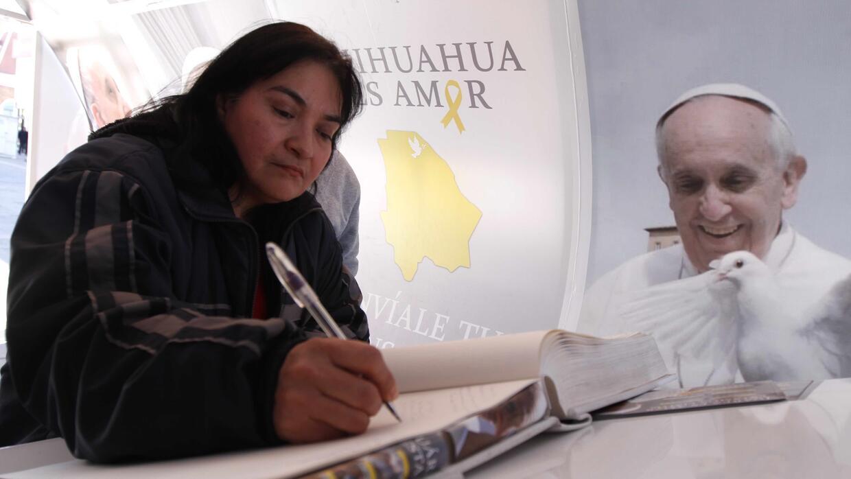 Habitantes de Ciudad Juárez firman un libro con mensajes para el Papa