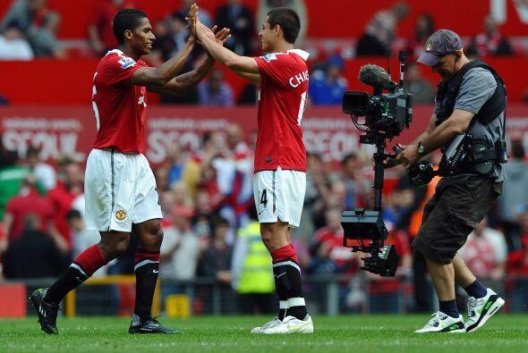 El saludo entre Valencia y el 'Chicharito' al final del partido.