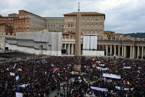 Miles de personas caminaban desde todas las direcciones hacia San Pedro...