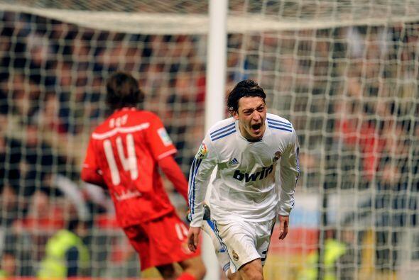 A la par del ritmo goleador del Madrid, Mesut se hacía más...
