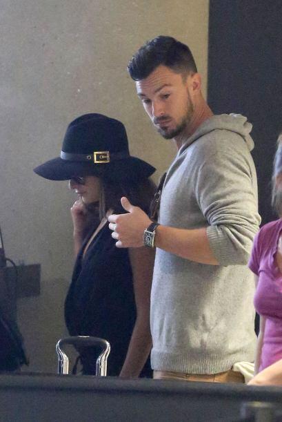 La pareja fue vista llegando en el aeropuerto de Los Angeles.Mira aquí l...