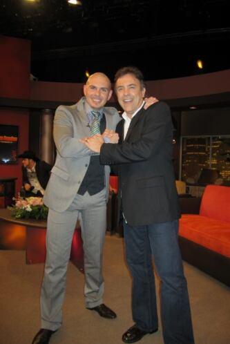 Pitbull disfruta de los amigos como el director musical de Don Francisco...