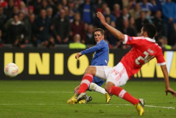 El delantero español se quitó a un defensa y despué...