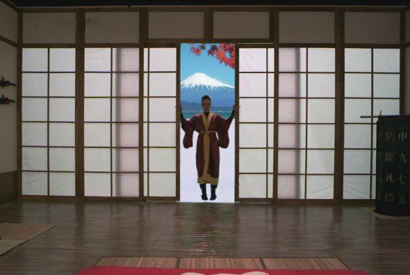 El enredo comienza cuando la novia japonesa de Zacarías llega a c...