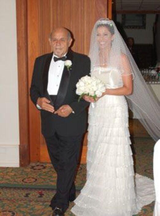 El papá de Stephen fue el encargado de entregarla en el altar. La novia...