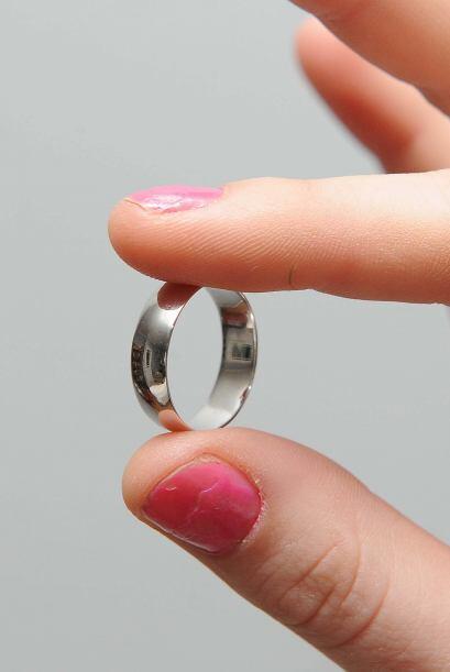 La idea de que el anillo fuera hecho a mano y después llevado a bañar en...