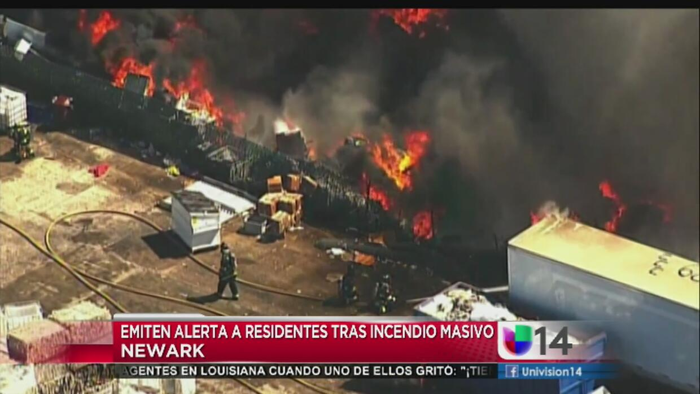 Masivo incendio en planta de reciclaje en Newark