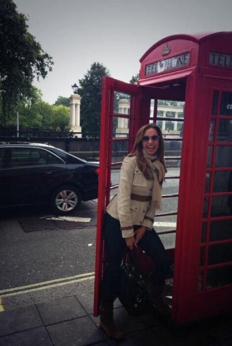 Aquí la vemos en una de las casetas telefónicas clásicas de la ciudad.