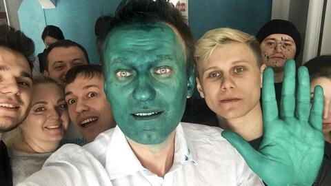 En video: Opositor de Putin es atacado con pintura verde