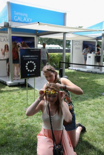 Las flores en la cabeza al estilo Hippie pusieron el toque divertido en...