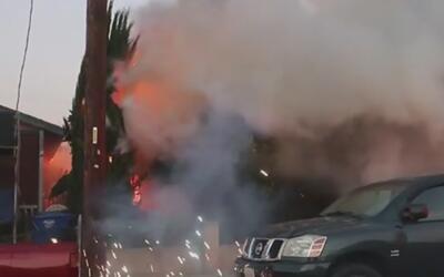 Un incendio que se desató en una vivienda de Fillmore quedó captado en c...