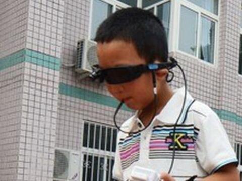 A los seis años de edad, Bin Bin sufrió un ataque en el que perdió cualq...