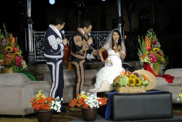 La bellísima Adis lució orgullosa un hermoso vestido de novia con el esc...