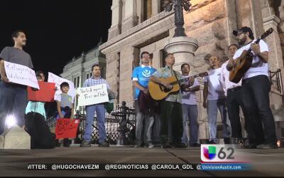Decenas de personas piden que la propuesta de Ley SB4 no sea aprobada co...
