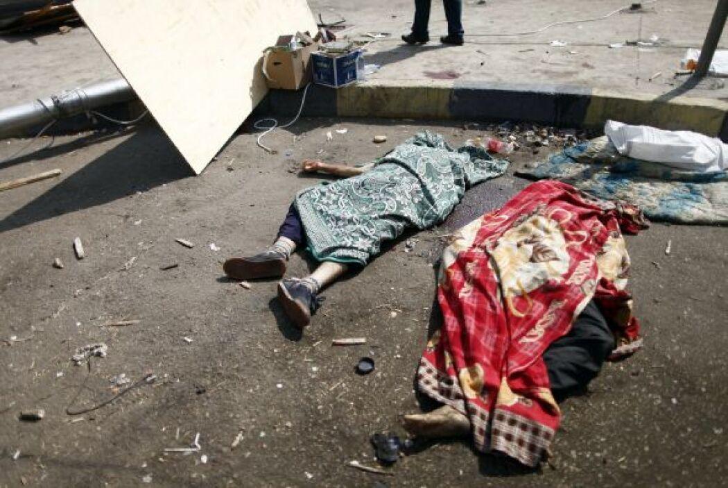 Los cuerpos pueden verse tirados por las calles.