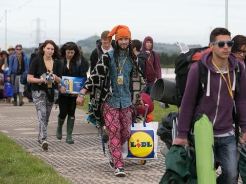 El festival británico de Glastonbury arranca con el contraste de miles d...